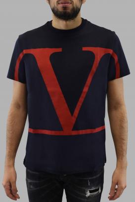 T-shirt logo V